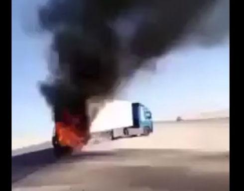 لحظة اشتعال النيران في سيارة اصطدمت بشاحنة (فيديو)