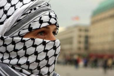 الكوفية الفلسطينية تغزو معرض أزياء اسرائيلي