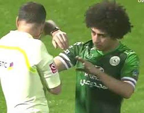 شاهد بالفيديو .. لاعب مصري بالسعودية يرمي زجاجة بوجه الحكم!