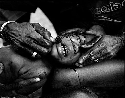 بالصور : تشويه وجوه الأطفال بطاقة هويتهم بقبائل غرب أفريقيا