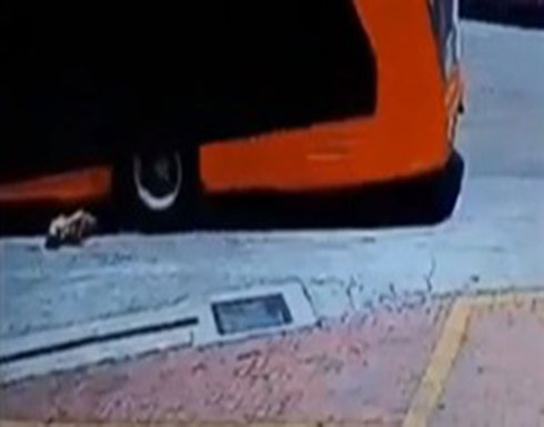 لقطات مروعة لحافلة تدهس امرأة (فيديو)