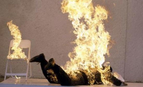 """شاب يحرق نفسه في الرمثا ويصيح .. """"يايمه ما فيش شغل ما فيش أكل """""""
