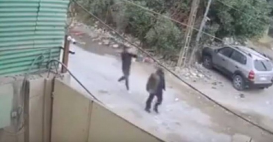 فيديو  شاب يقتل رجل مسن في الشارع بطريقة بشعة!
