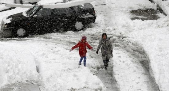 أم تعاقب طفليها بالسير 7 كيلومترات في أجواء قاسية البرودة