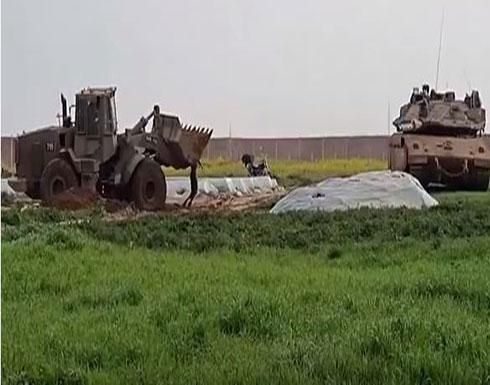 بالفيديو : جرافة إسرائيلية تنكل بجثمان شاب فلسطيني في قطاع غزة