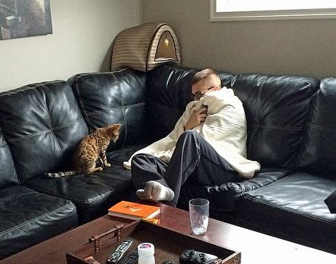 بالصور : أنفق 15 ألف دولار لإسعاد قطط شقيقه المتوفى