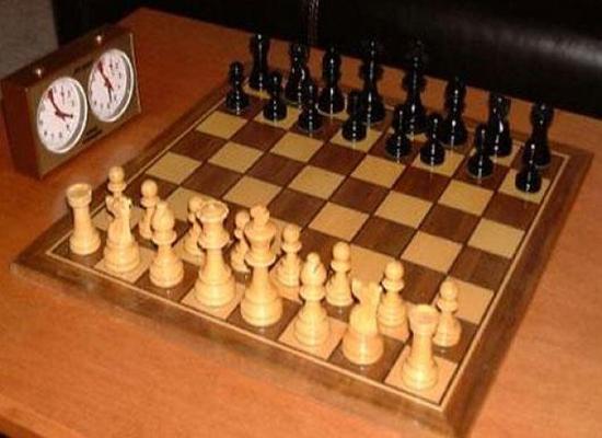 صورة: وفاة بطل العالم للشطرنج بعد سقوطه من شرفته