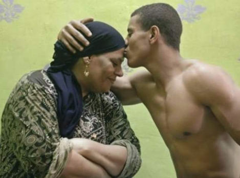 """""""الأم والابن"""".. صور للحظات حميمية بين لاعبي كمال الأجسام وأمهاتهم"""
