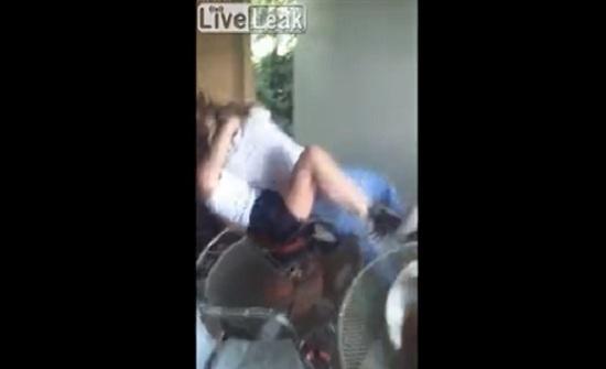 رد فعل صادم للأصدقاء لحظة وقوع شجار عنيف بين فتاتين (فيديو)