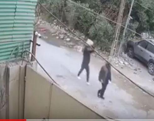 لحظة قتل شاب رجل مسن في الشارع بطريقة بشعة (فيديو)
