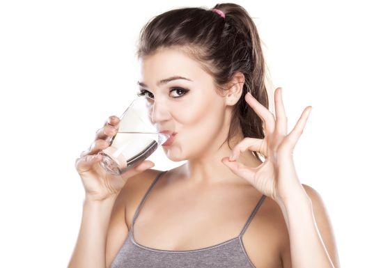 هذا ما يحصل لجسمكِ بعد شرب الماء على معدة فارغة