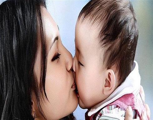 لا تقبّلوا أطفالكم على الفم.. هذا ما يمكن أن يتعرّضوا له!