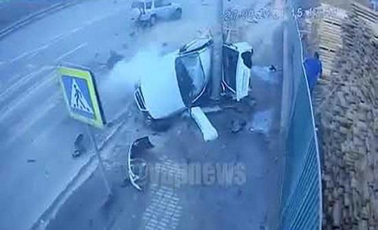 بالفيديو : حادث مروع يقسم سيارة إلى نصفين في روسيا