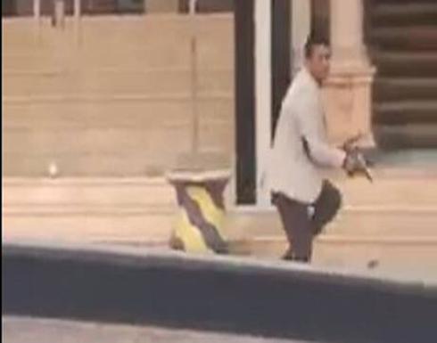بالفيديو ..عاكسوا زوجته في الاسكندرية فاطلق النار عليهم