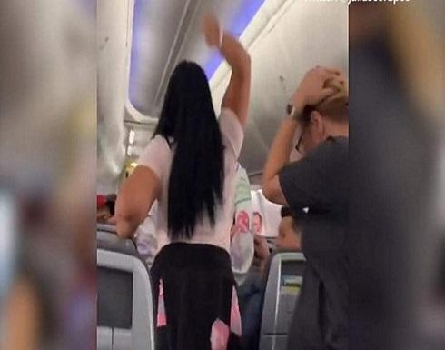 شاهد: عراك نسائي يؤخر إقلاع طائرة