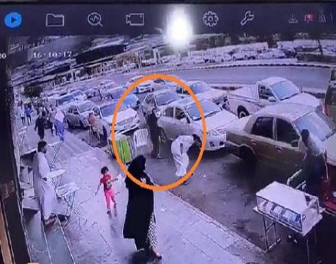 شاهد: مواطن يطلق النار على آخر أمام سوق الجوالات بالسعودية