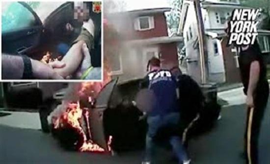 لحظة إنقاذ رجل احتجز داخل سيارته المشتعلة (فيديو)