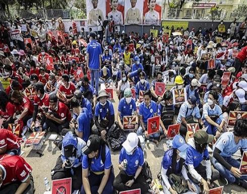 ميانمار تشيع أول ضحية للتظاهرات... و«فيسبوك» يحذف صفحة الجيش