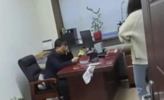 الصين : امرأة تضرب رئيسها المتحرش بمكنسة - فيديو