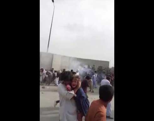 شاهد : تدافع وصراخ وإطلاق نار.. مئات الأفغان يحاولون دخول مطار كابل