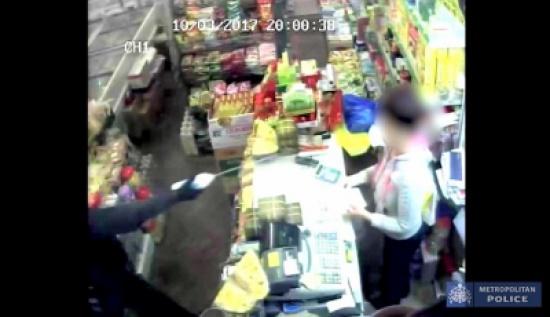 بالفيديو والصور.. لص يسكب «مية نار» على عاملة لإيقاف صراخها