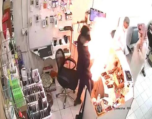 كاميرا وثقت الحادث.. انفجار بطارية في وجه صاحب محل هواتف  (فيديو)