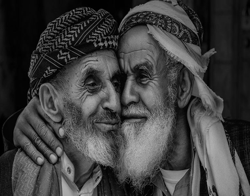 صورة شقيقين يمنيين مسنين تفوز بجائزة عالمية