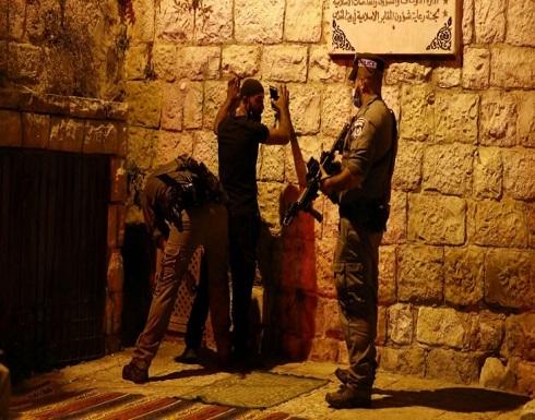 قوات الاحتلال تنفذ حملات دهم واسعة في الضفة وتخطر بهدم عدة منازل وتجرف أراضي زراعية