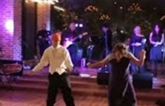 بالفيديو.. أم تشعل حفل زفاف ابنها برقصة مجنونة معه