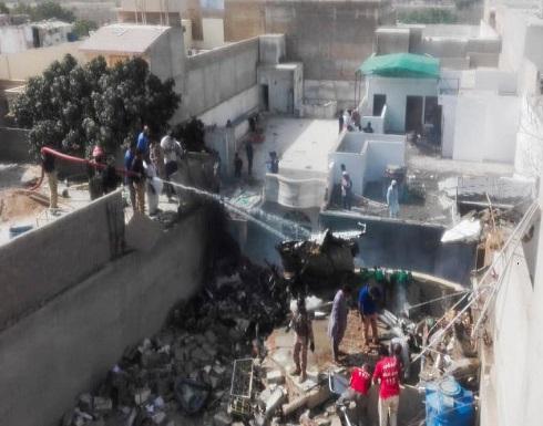 شاهد : تحطم طائرة بباكستان على متنها 107 ركاب