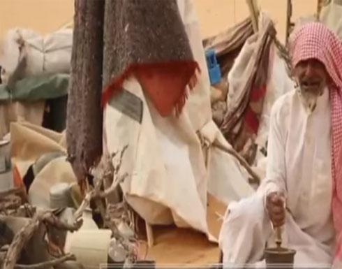 بالفيديو: عشق طفولي يدفع تسعيني للعيش بمفرده بالصحراء