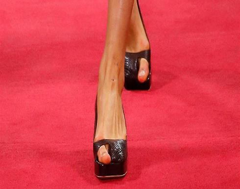 موضة جديدة للنساء.. حذاء غريب يبرز أصبع القدم الكبير فقط