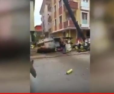 شاهد .. تحطم مروحية عسكرية تركية بعد سقوطها على حي مأهول بالسكان
