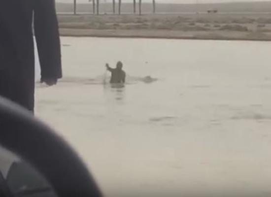 بالفيديو: لحظة غرق رجل داخل سيارته بسبب السيول في السعودية