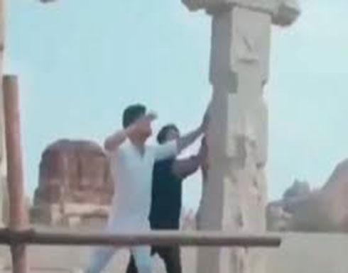 شاهد : 3 رجال يدمرون موقعا أثريا في الهند