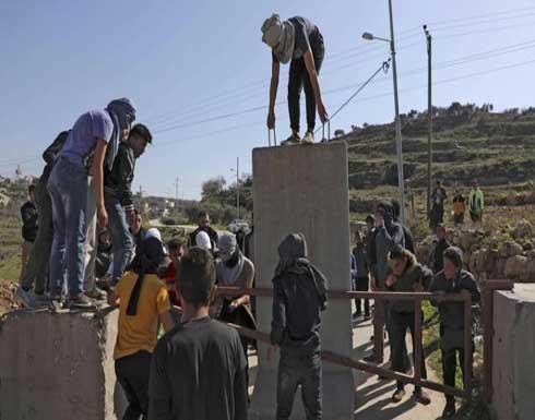 الجيش الإسرائيلي يعيد إغلاق قرية فلسطينية بالضفة الغربية
