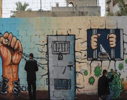 أسرى فلسطينيون بسجون إسرائيل يهددون بالإضراب عن الطعام