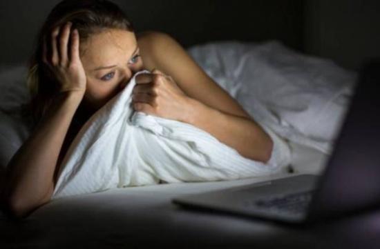 للكبار: هذه العادة قبل النوم قد تشكل خطراً عللى صحتكم