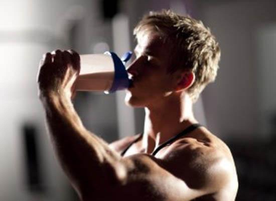 بعد ارتفاع أسعارها .. كيف تبني عضلات مثالية دون مساحيق البروتين؟