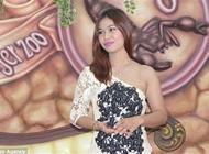 بالفيديو: حسناء تايلندية تغطي جسدها يومياً بعقارب سامة لتسلية السياح
