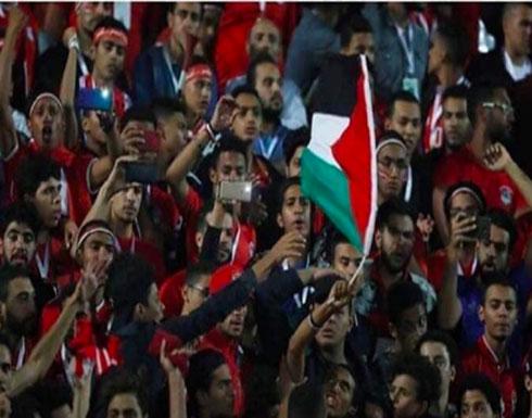 بالفيديو :  اعتقل الأمن المصري مشجعا رفع علم فلسطين خلال مباراة مصر وجنوب أفريقيا