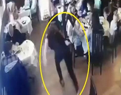 شاهد.. فتاة بريطانية: بعد مشاهدتي هذا الفيديو لن أعمل في مطعم أو كافيتريا