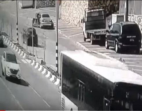 لحظة دهس سيارة فتاة تحاول عبور الطريق (فيديو)