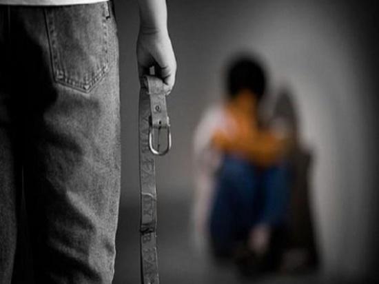 """سيدة تتهم ابنها بتعذيب طفله: """"يحبسه في المنزل لإرضاء زوجته الثانية"""""""