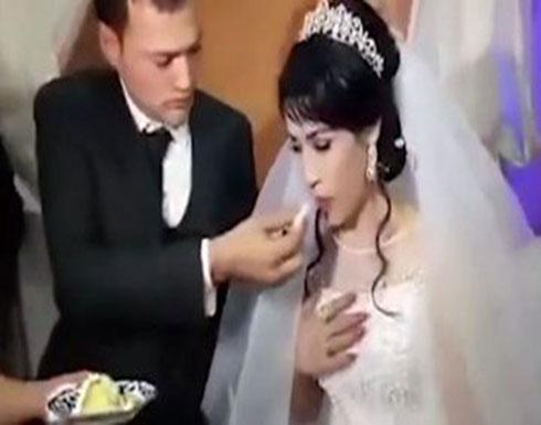 """فيديو- داعبت زوجها في حفل الزفاف فتلقت منه """"عقابا صاعقا""""!"""