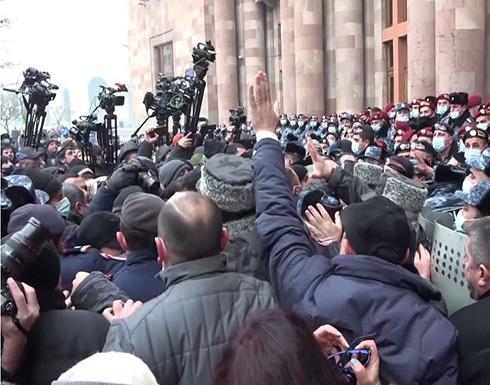 شاهد : محاولة اقتحام مبنى الحكومة في العاصمة الأرمنية