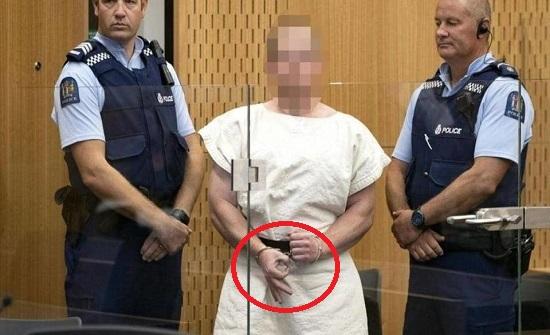 ارهابي المسجدين تعمّد إثارة المسلمين بشارة بإصبعيه