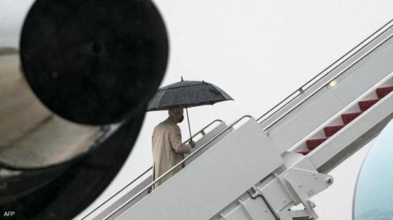 بالفيديو.. بايدن يتعثر من جديد أثناء صعوده إلى الطائرة