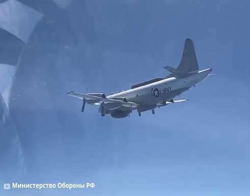 شاهد : مقاتلة روسية ترافق طائرة عسكرية أمريكية فوق البحر الأسود