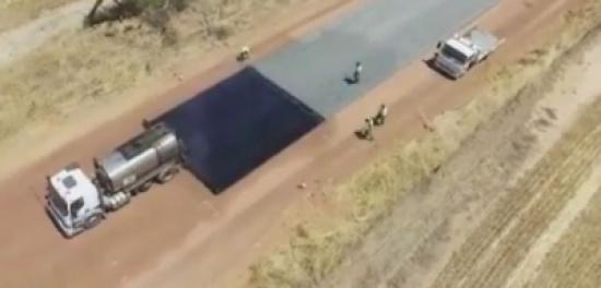 بالفيديو.. أسرع طريقة لرصف الطرق في أستراليا
